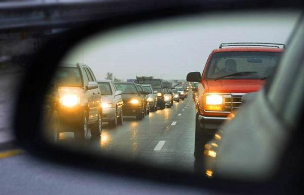 Conducerea mașinii cu farurile aprinse